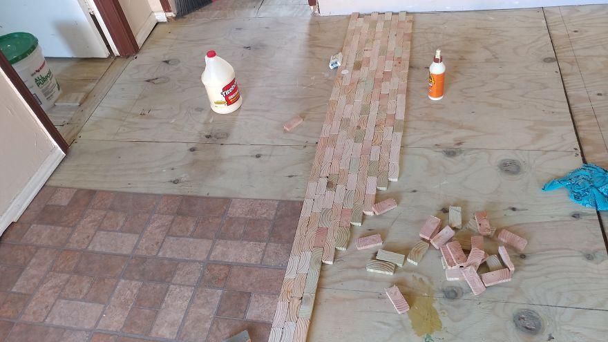 2 cô gái cắt dát giường gỗ thành từng miếng để lát sàn nhà, nghe thấy lạ mà rồi ai cũng phải phục sát đất vì độ sáng tạo - Ảnh 3.