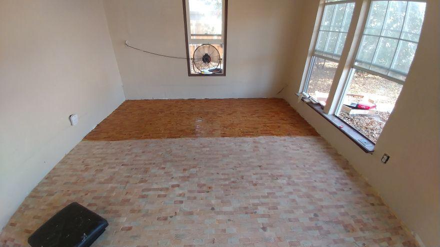 2 cô gái cắt dát giường gỗ thành từng miếng để lát sàn nhà, nghe thấy lạ mà rồi ai cũng phải phục sát đất vì độ sáng tạo - Ảnh 5.