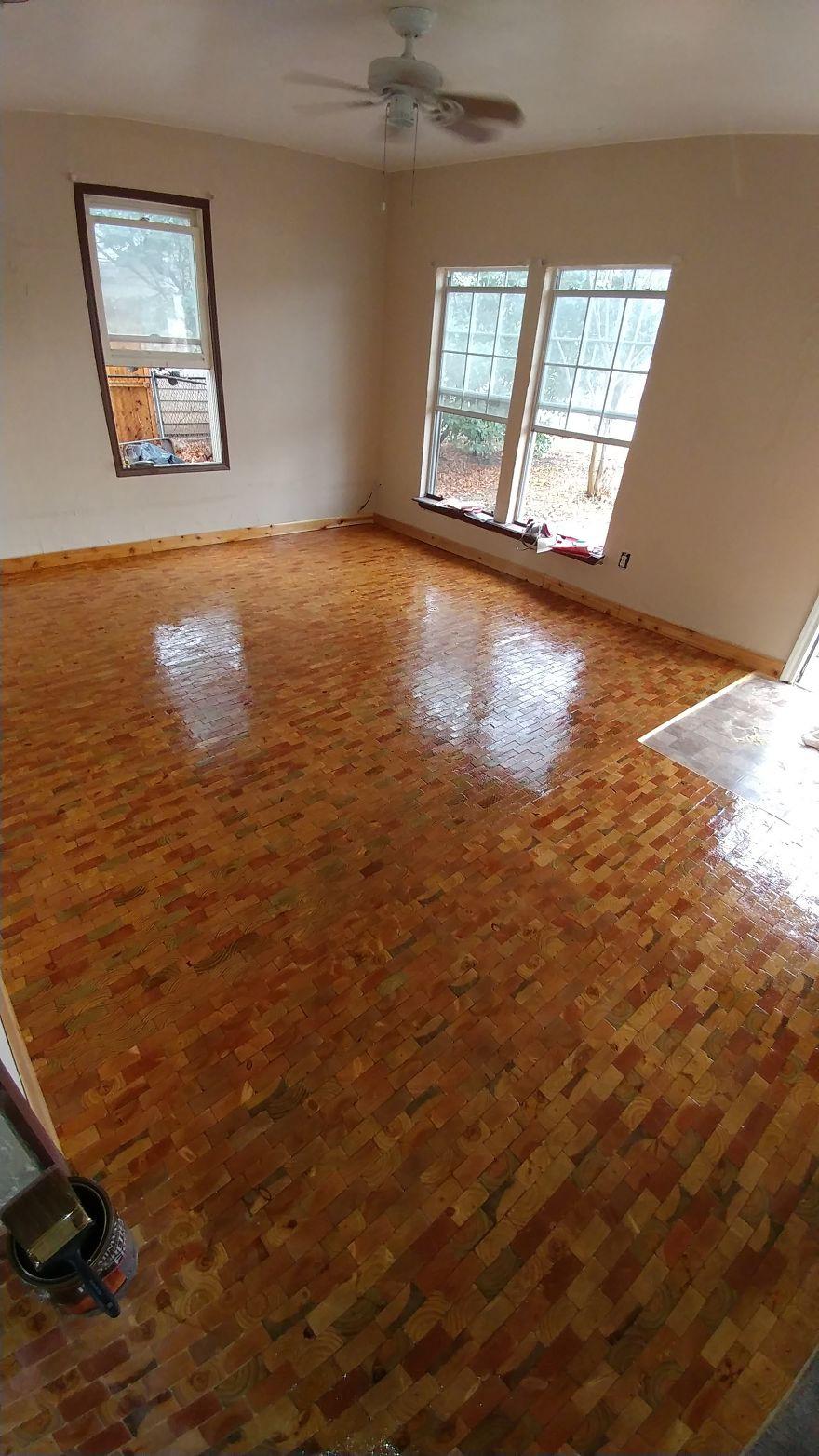 2 cô gái cắt dát giường gỗ thành từng miếng để lát sàn nhà, nghe thấy lạ mà rồi ai cũng phải phục sát đất vì độ sáng tạo - Ảnh 6.