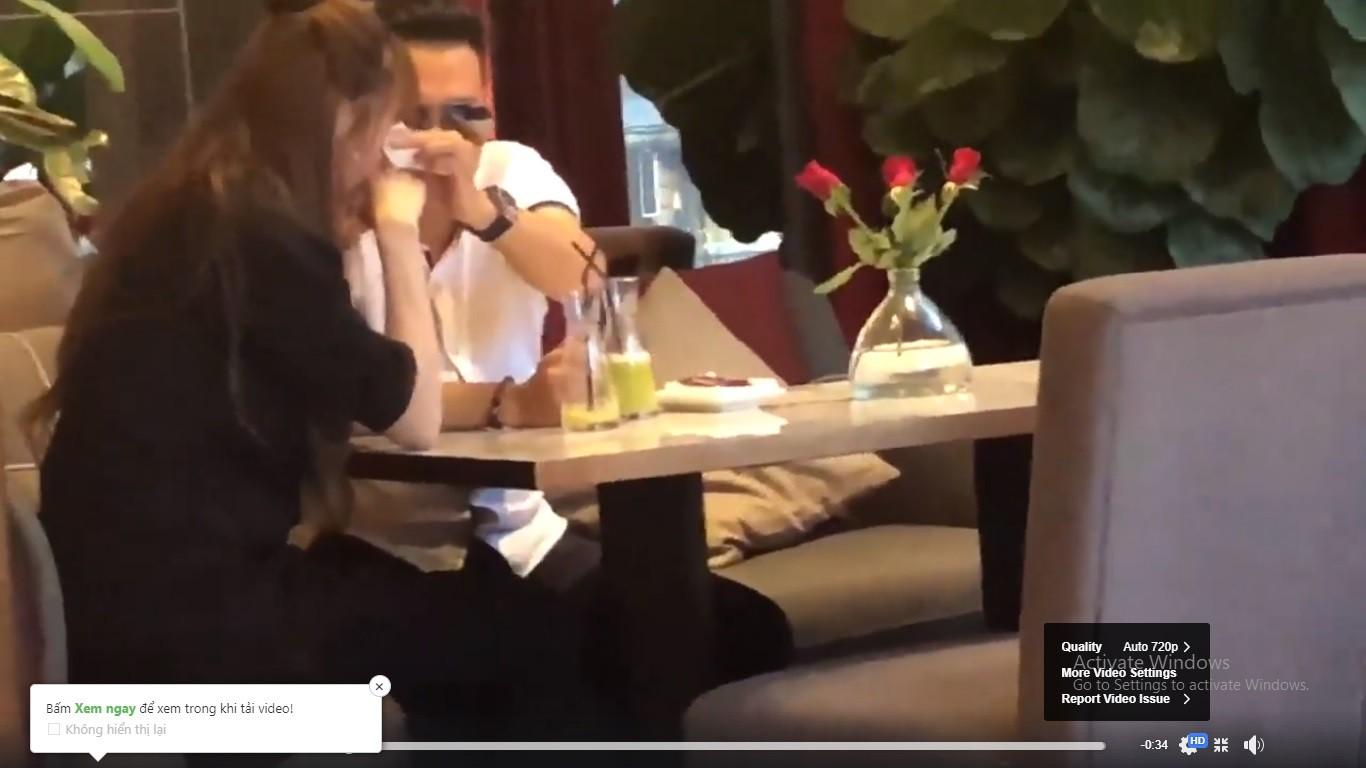 Lộ clip Việt Anh ngồi tâm sự, lau nước mắt cho Quế Vân ở quán cà phê - Ảnh 3.