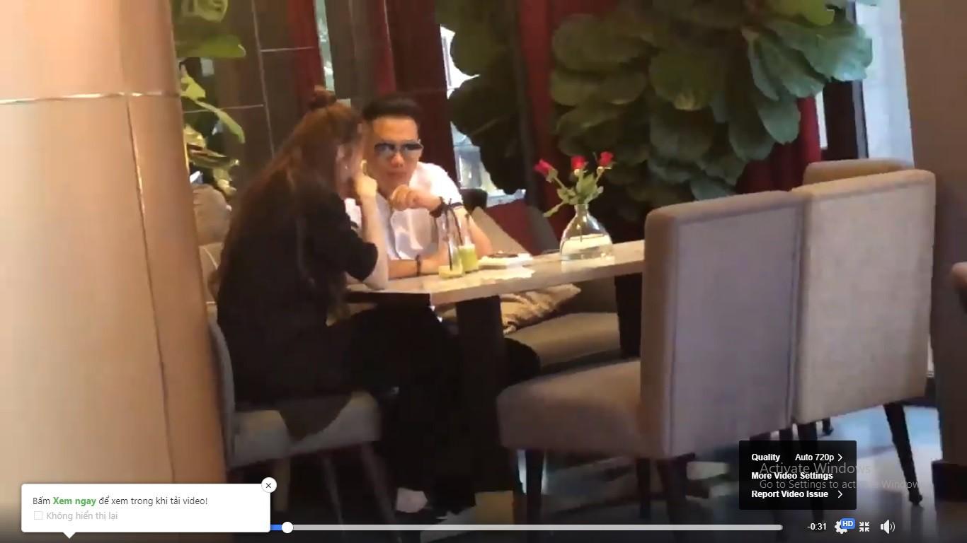 Lộ clip Việt Anh ngồi tâm sự, lau nước mắt cho Quế Vân ở quán cà phê - Ảnh 4.