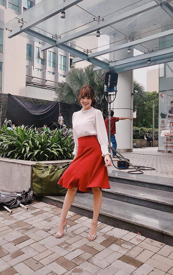 Nhìn xa tưởng bình thường, nhưng nhìn gần mới thấy được độ táo bạo của chiếc quần mà Angela Phương Trinh mặc  - Ảnh 28.