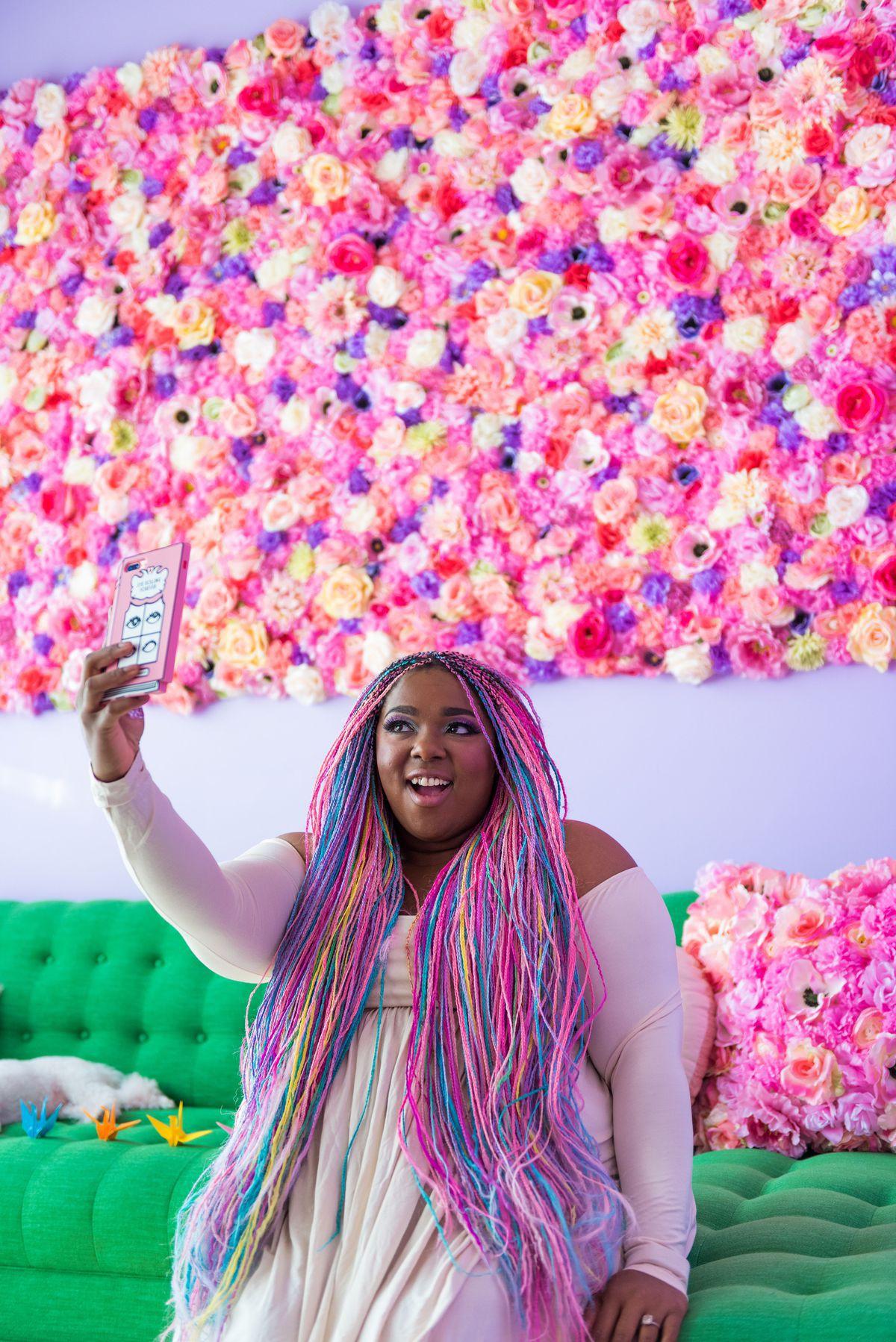 Lấy cầu vồng làm ý tưởng trang trí nhà, căn hộ nhỏ 35m² của cô gái trẻ đang gây sốt trên Instagram - Ảnh 3.