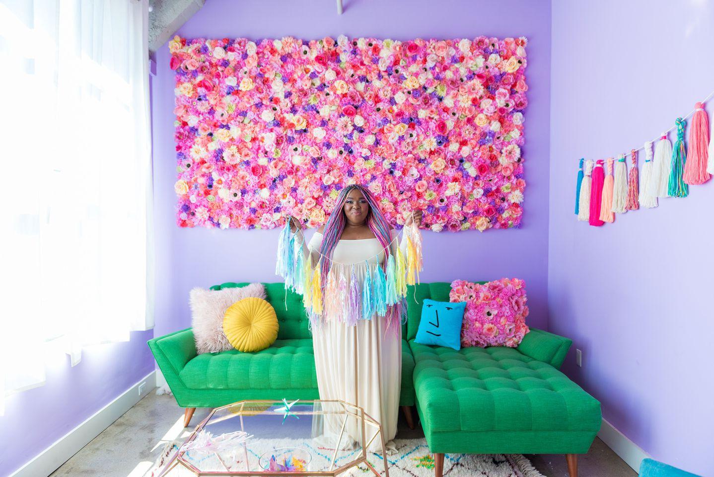 Lấy cầu vồng làm ý tưởng trang trí nhà, căn hộ nhỏ 35m² của cô gái trẻ đang gây sốt trên Instagram - Ảnh 2.