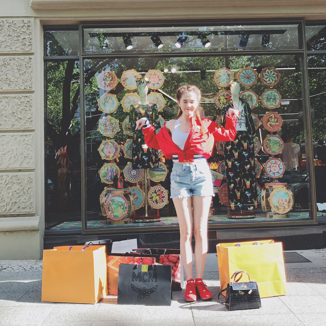 Shopping ác liệt phải cỡ như Ngọc Trinh, đang đi xem phim thì tiện mua đồ tốn hơn trăm triệu - Ảnh 5.