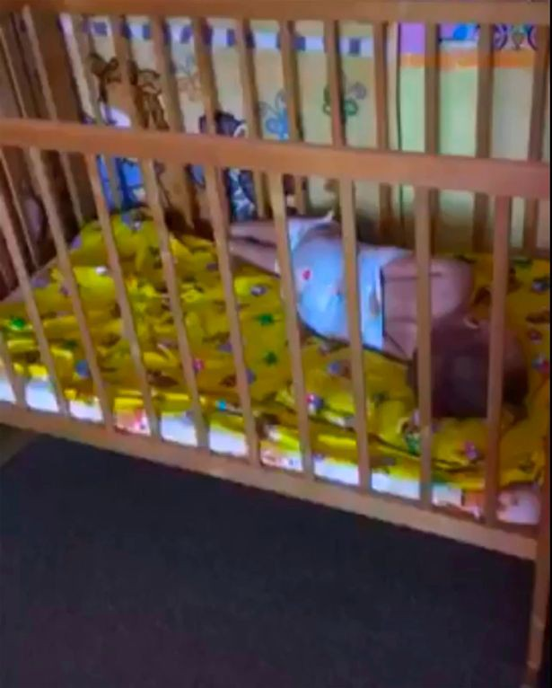 Cha mẹ sốc nặng khi nhìn thấy cảnh con bị trói chân tay vào cũi, người quấn khăn như xác ướp trong nhà trẻ - Ảnh 3.