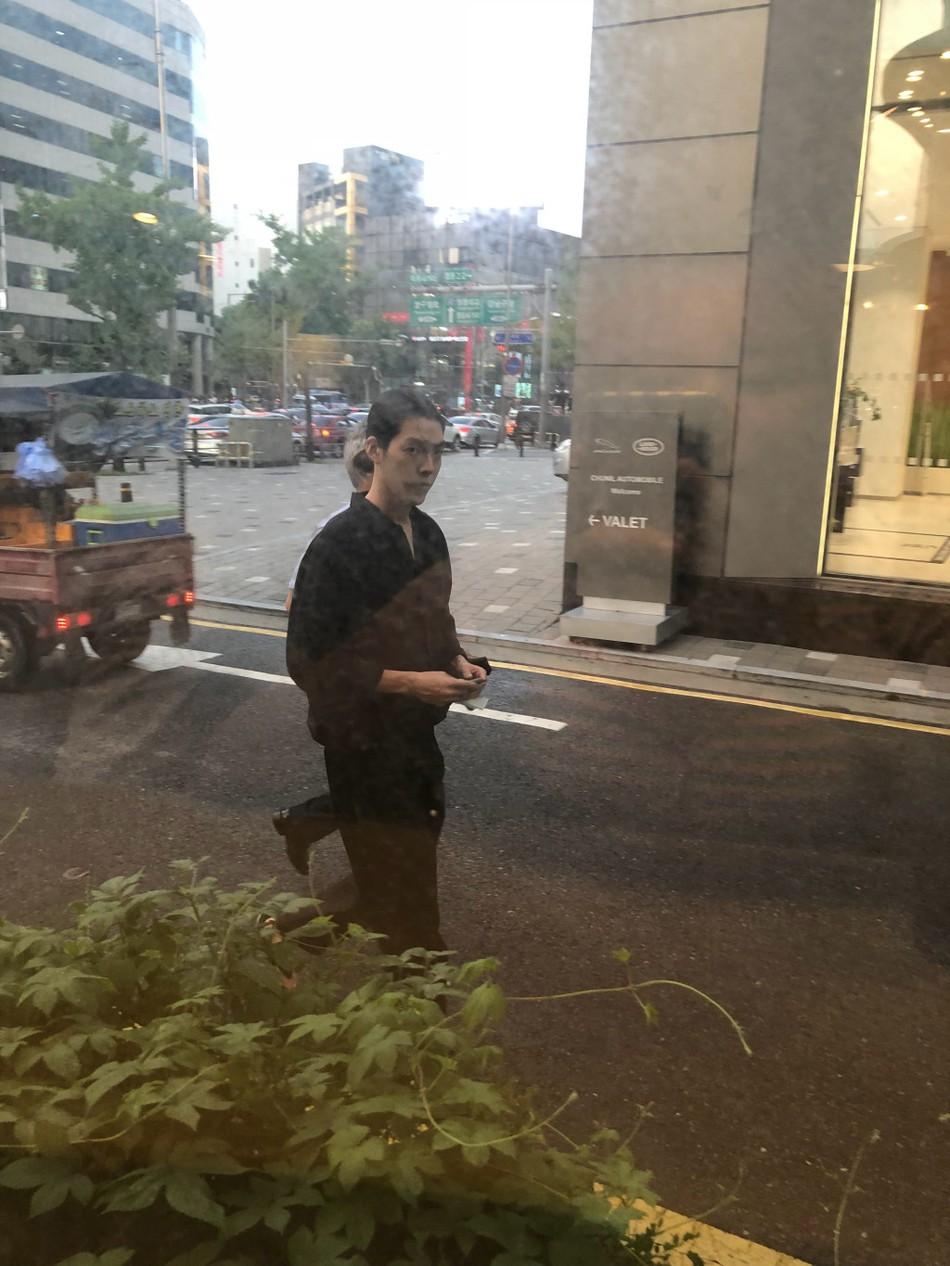 Ngoại hình khác lạ của Woo Bin trong lần đầu xuất hiện sau khi điều trị bệnh ung thư: Thân hình gầy gò, tóc dài buộc túm phía sau - Ảnh 2.