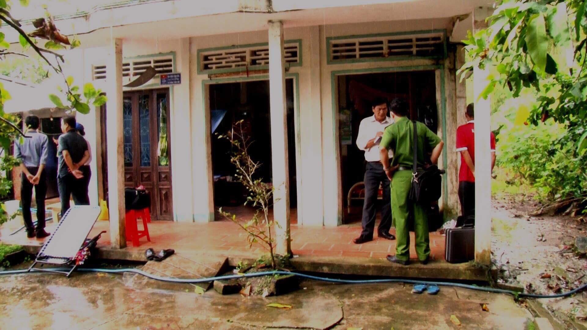 Vĩnh Long: Bố mẹ già vừa từ bệnh viện về nhà thì bị con trai giết chết, đâm bị thương cháu họ - Ảnh 2.