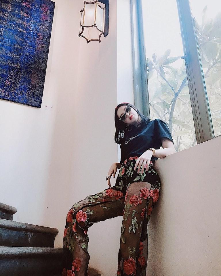 Nhìn xa tưởng bình thường, nhưng nhìn gần mới thấy được độ táo bạo của chiếc quần mà Angela Phương Trinh mặc  - Ảnh 7.