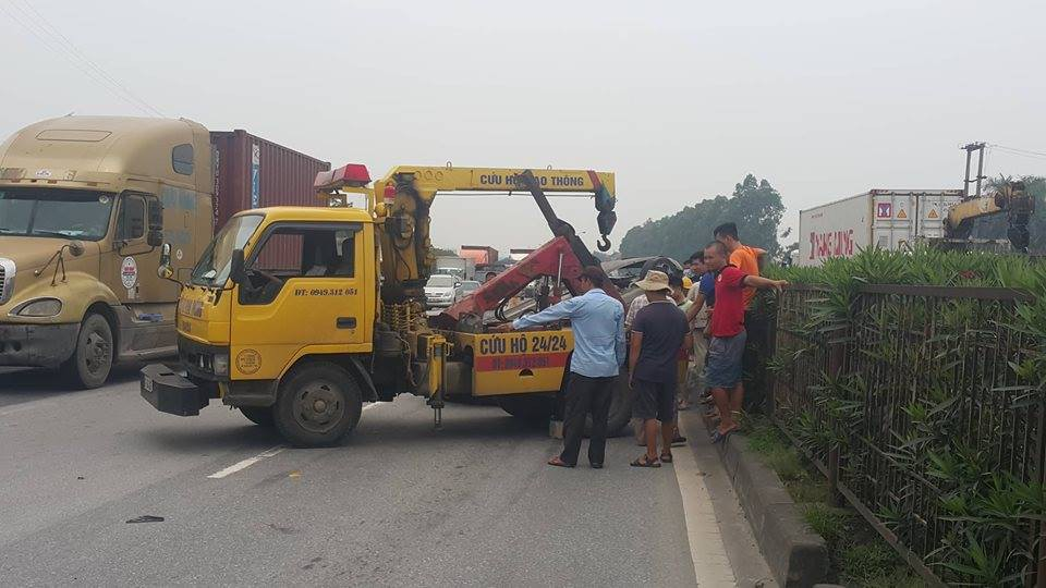 Bị container hất bay, 5 người trên xe con may mắn thoát chết - Ảnh 4.
