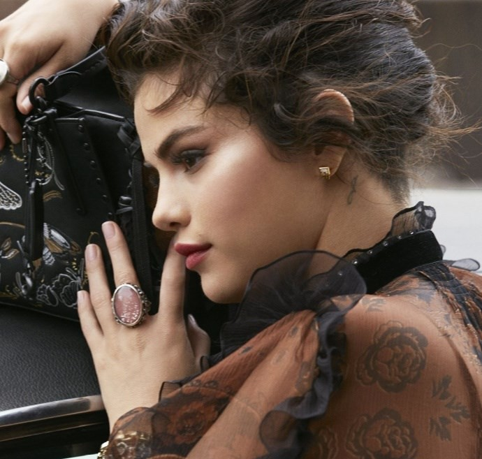 Hãy nhìn Selena Gomez cứ xinh đẹp và quyến rũ hơn từng ngày để biết rằng người yêu cũ lấy vợ thì cũng chẳng làm sao  - Ảnh 2.