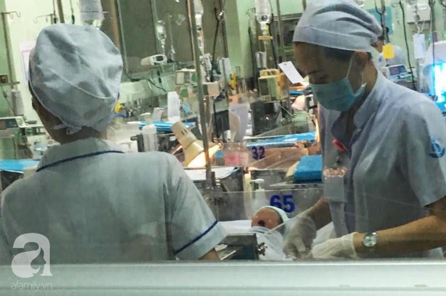 Bé trai bị mẹ nghiện ma túy và nhiễm HIV bỏ rơi đang được điều trị cắt cơn nghiện tại BV Nhi Đồng - Ảnh 1.