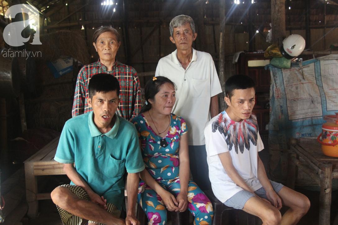Vợ chồng già cắt cỏ thuê nuôi 4 người con tâm thần: Nhờ mọi người giúp đỡ, con tôi không còn nhịn đói nữa - Ảnh 1.