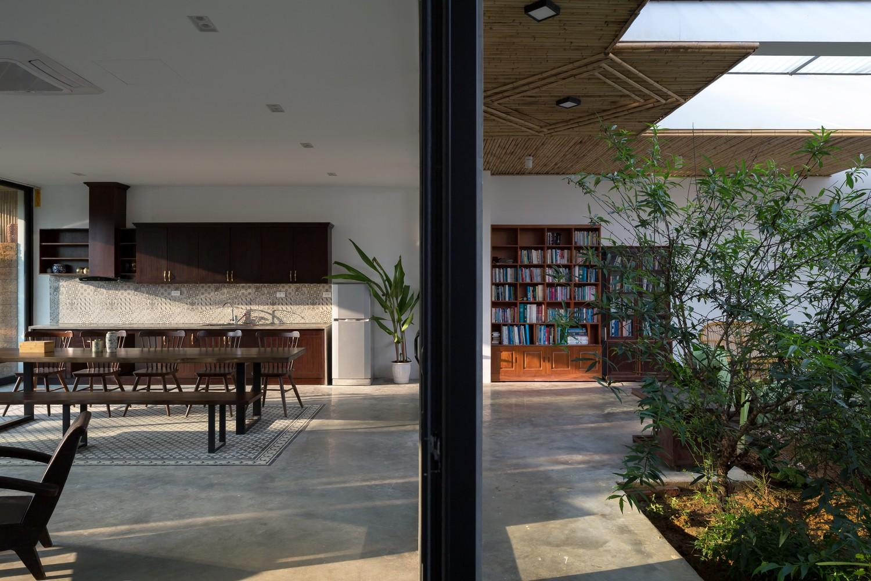 Ngôi nhà cấp 4 chan hòa ánh nắng và cây xanh mang lại vẻ yên bình đến khó tin ở Hà Nội - Ảnh 6.