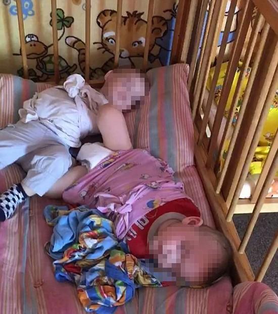 Cha mẹ sốc nặng khi nhìn thấy cảnh con bị trói chân tay vào cũi, người quấn khăn như xác ướp trong nhà trẻ - Ảnh 4.