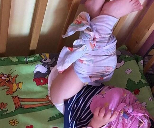 Cha mẹ sốc nặng khi nhìn thấy cảnh con bị trói chân tay vào cũi, người quấn khăn như xác ướp trong nhà trẻ - Ảnh 5.