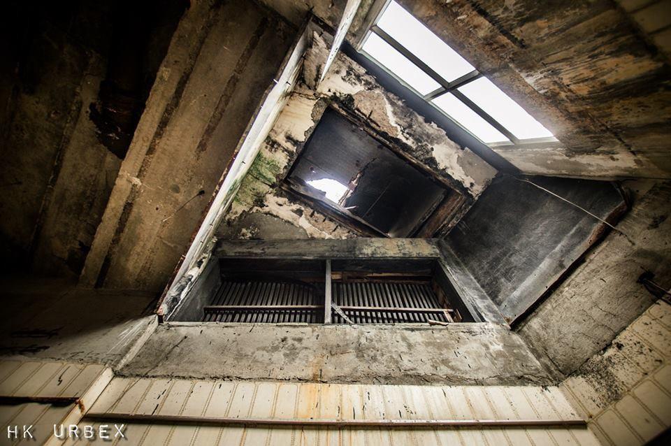 Rạp phim bị bỏ hoang ở Hong Kong: Điểm vui chơi nổi tiếng giờ chỉ còn lại đống đổ nát âm u vì những lời đồn thổi chết chóc - Ảnh 2.