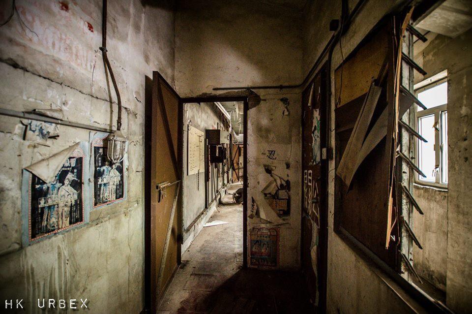 Rạp phim bị bỏ hoang ở Hong Kong: Điểm vui chơi nổi tiếng giờ chỉ còn lại đống đổ nát âm u vì những lời đồn thổi chết chóc - Ảnh 17.