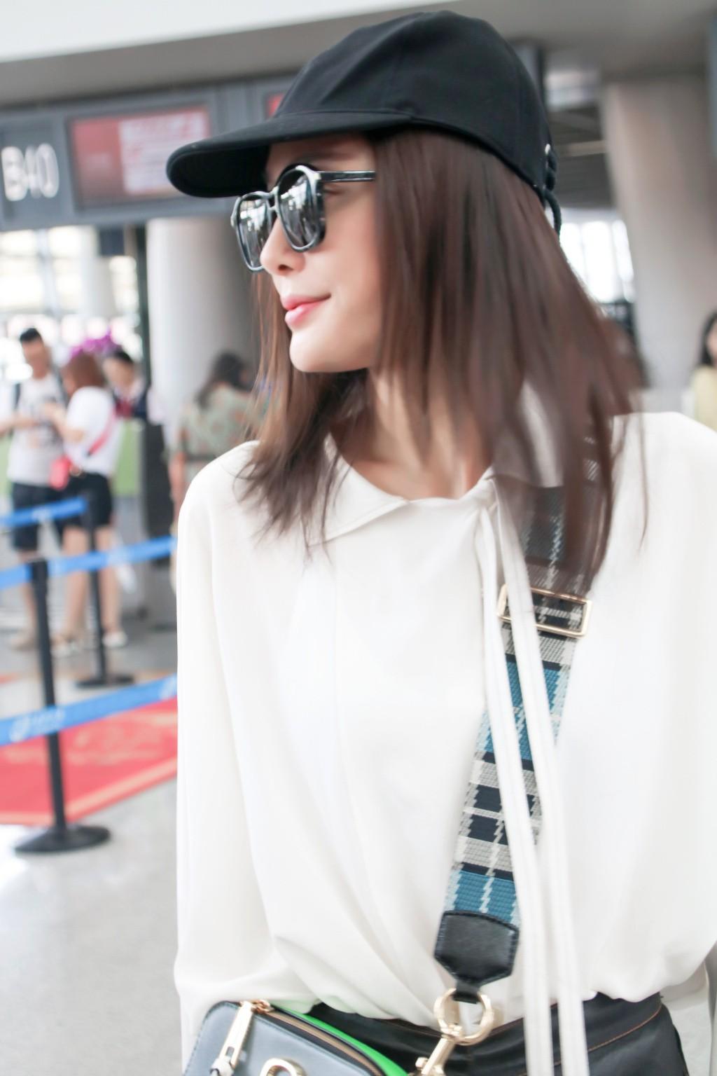 Xuất hiện ở sân bay, Hoàng hậu Tần Lam bị soi nhan sắc đời thường không lung linh như phim - Ảnh 5.