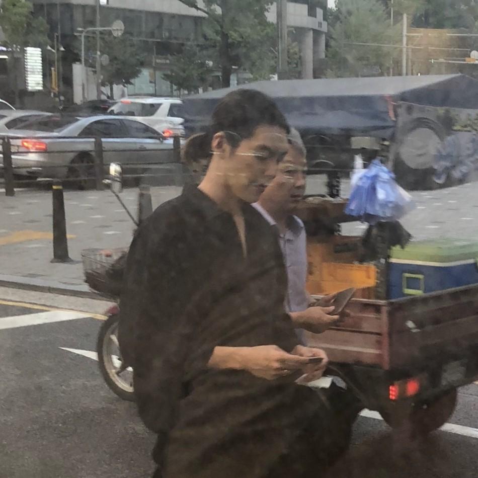 Ngoại hình khác lạ của Woo Bin trong lần đầu xuất hiện sau khi điều trị bệnh ung thư: Thân hình gầy gò, tóc dài buộc túm phía sau - Ảnh 3.