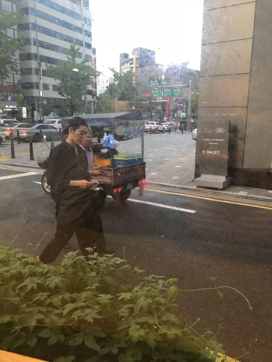 Ngoại hình khác lạ của Woo Bin trong lần đầu xuất hiện sau khi điều trị bệnh ung thư: Thân hình gầy gò, tóc dài buộc túm phía sau - Ảnh 4.