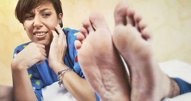 Hôi chân thường xuất hiện trong tiết trời nồm ẩm, làm thế nào để xử lý triệt để? - Ảnh 2.