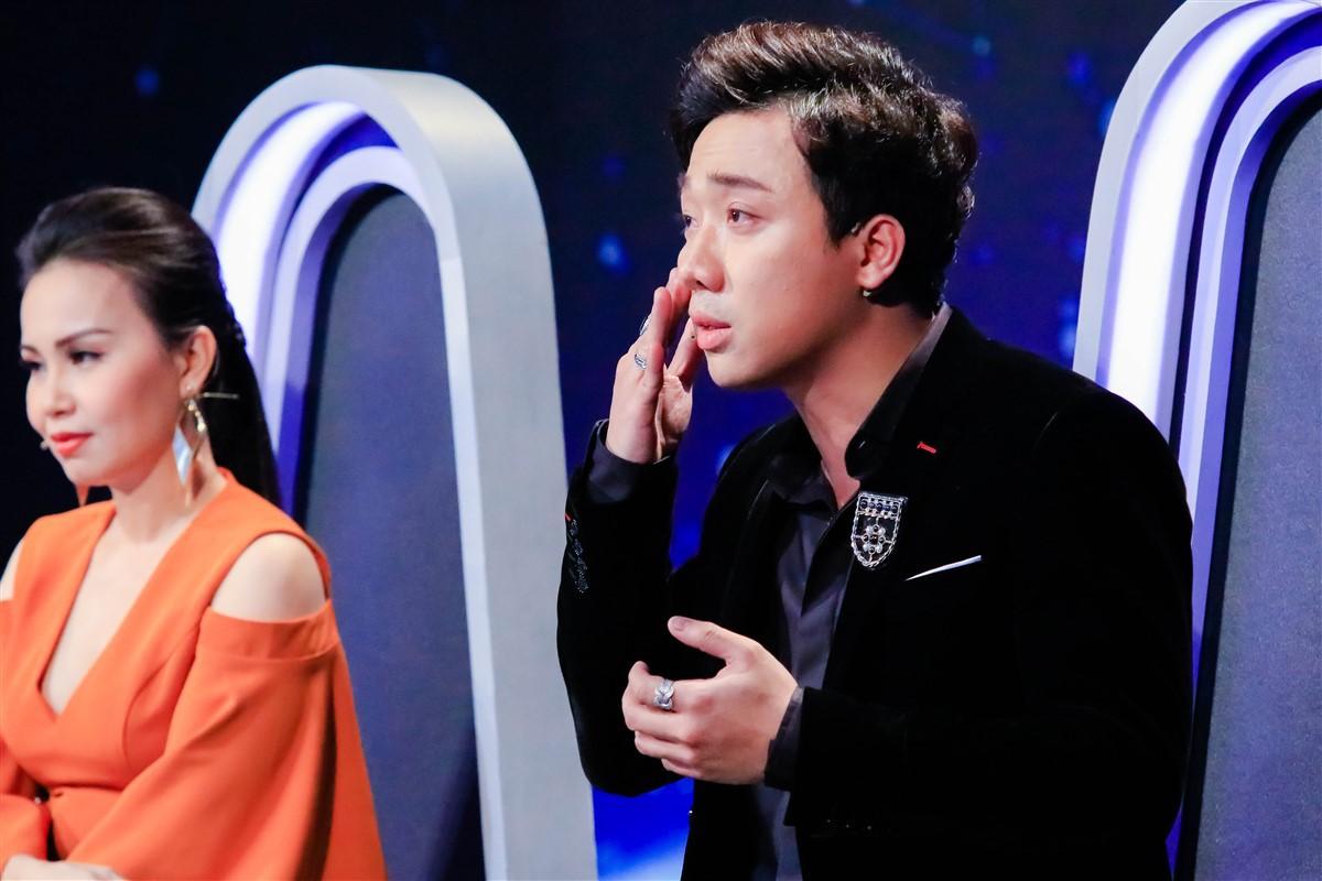 Trấn Thành liên tục gạt nước mắt khi nghe bản sao Hồ Ngọc Hà cất tiếng hát - Ảnh 4.