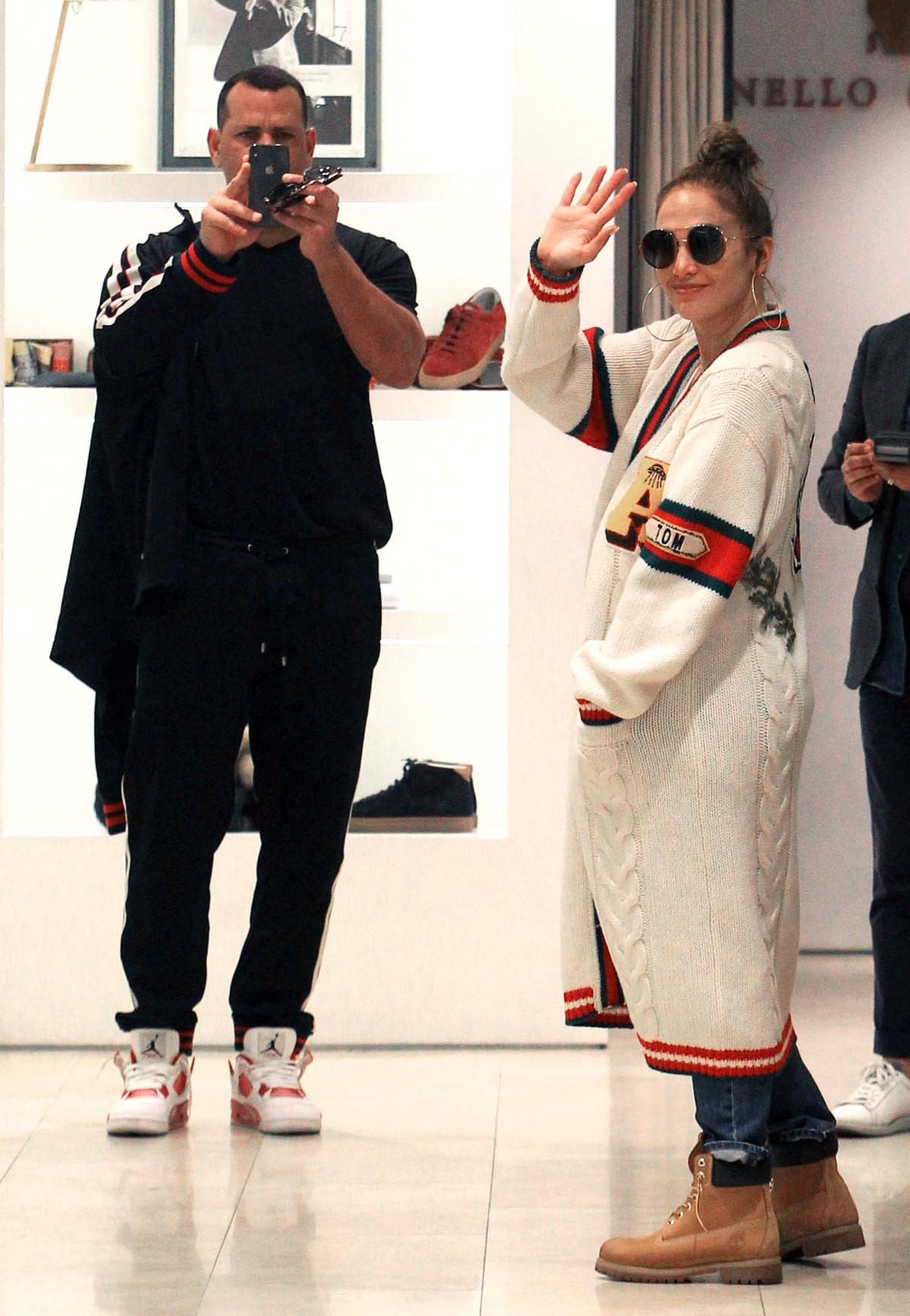 Cách Jennifer Lopez cùng bồ trẻ chứng minh tình yêu: Diện đồ tông xuyệt tông với nhau bất cứ khi nào có thể - ảnh 10