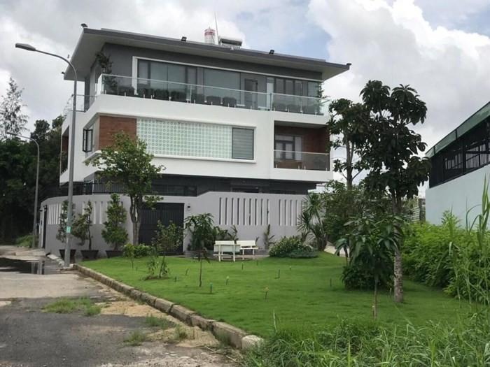 Ngắm căn biệt thự với sân vườn xanh mướt và ngập tràn tiếng cười của vợ chồng MC Ốc Thanh Vân - Ảnh 3.