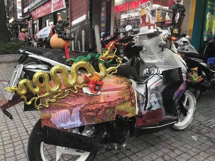 Dân mạng chết cười với chiếc xe máy cõi thiên thai -  sản phẩm trừ tà giúp chủ nhân bình an thượng lộ giữa tháng cô hồn  - Ảnh 3.