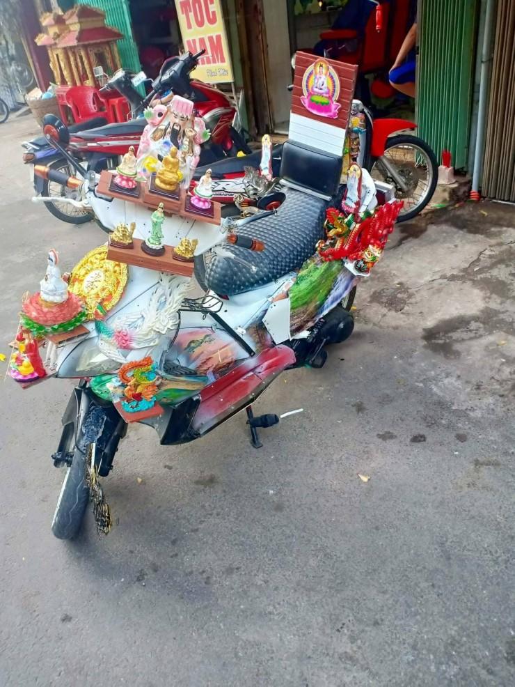 Dân mạng chết cười với chiếc xe máy cõi thiên thai -  sản phẩm trừ tà giúp chủ nhân bình an thượng lộ giữa tháng cô hồn  - Ảnh 4.