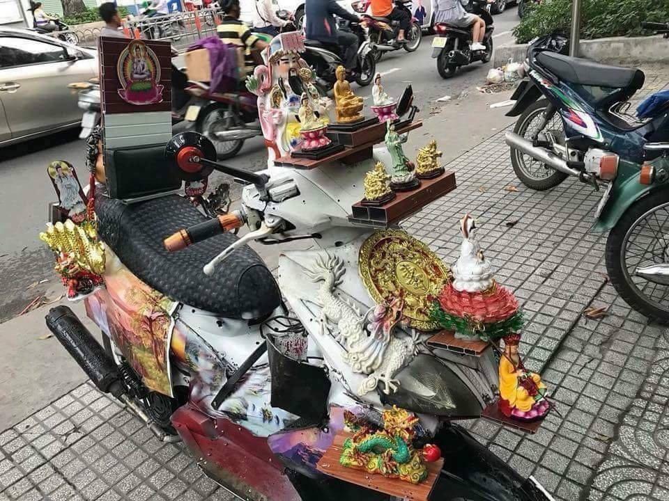 Dân mạng chết cười với chiếc xe máy cõi thiên thai -  sản phẩm trừ tà giúp chủ nhân bình an thượng lộ giữa tháng cô hồn  - Ảnh 1.