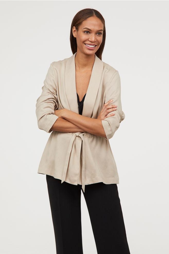 15 mẫu áo blazer của Zara, H&M... thanh lịch mà cực kỳ cá tính dành cho nàng công sở khi thời tiết đang chuyển từ hè sang thu - Ảnh 13.