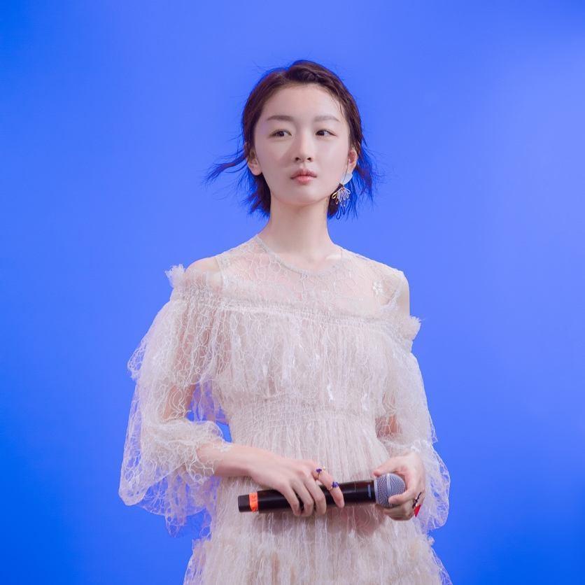 Châu Đông Vũ diện váy rất xinh nhưng đôi chân dài như cà kheo, thẳng đuột như ma nơ canh của cô mới là thứ gây chú ý - Ảnh 1.