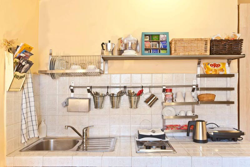 10 ý tưởng lưu trữ tuyệt vời giúp không gian nhà bếp nhỏ đến mấy cũng gọn gàng - Ảnh 1.