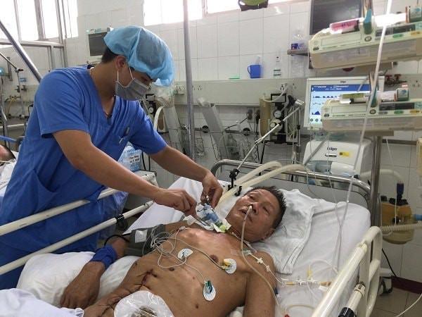 Con trai nghèo bất lực nhìn cả bố và mẹ đau đớn vì ung thư: Người nằm nhà, người ở viện chờ chết - Ảnh 1.