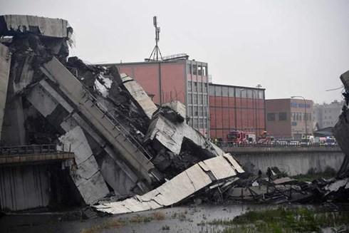 Italy nỗ lực cứu hộ các nạn nhân vụ sập cầu tại Genoa - Ảnh 1.
