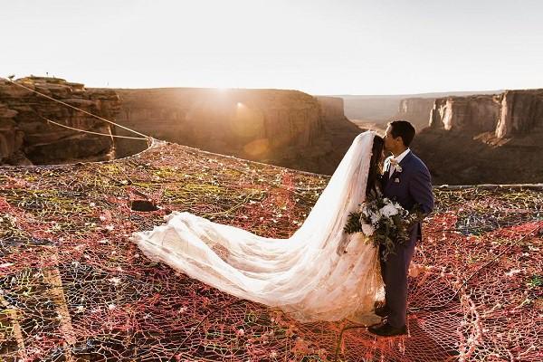 """Đám cưới """"đỉnh của đỉnh"""": Tất cả quan khách tham dự phải đứng treo leo trên tấm """"mạng nhện"""" khổng lồ ở độ cao hơn 100m trên vách núi"""