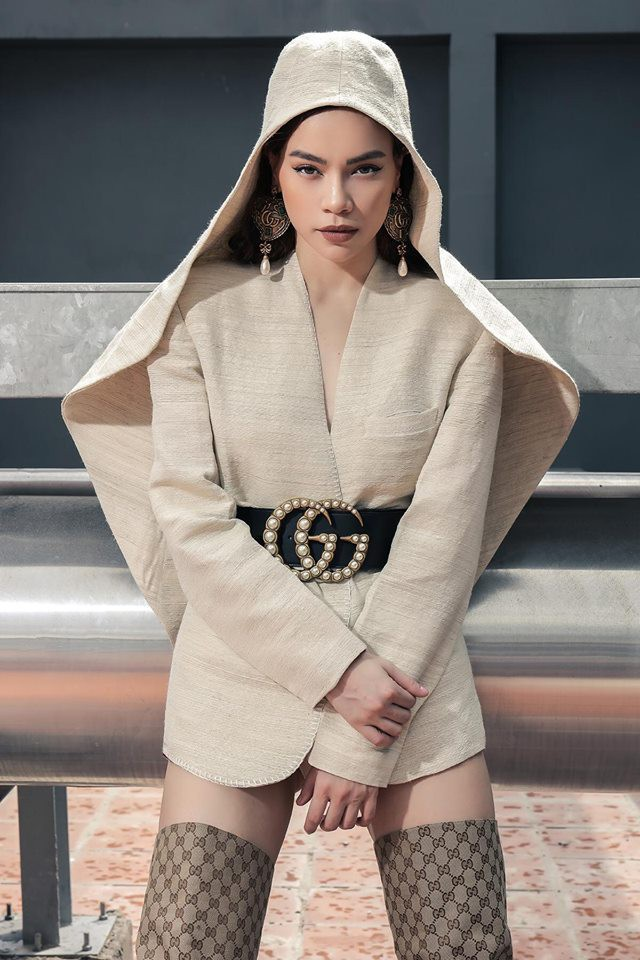 Kelbin đáp trả cực kì gay gắt khi netizen chê bai Hà Hồ mặc đồ như... nhà có tang - Ảnh 1.