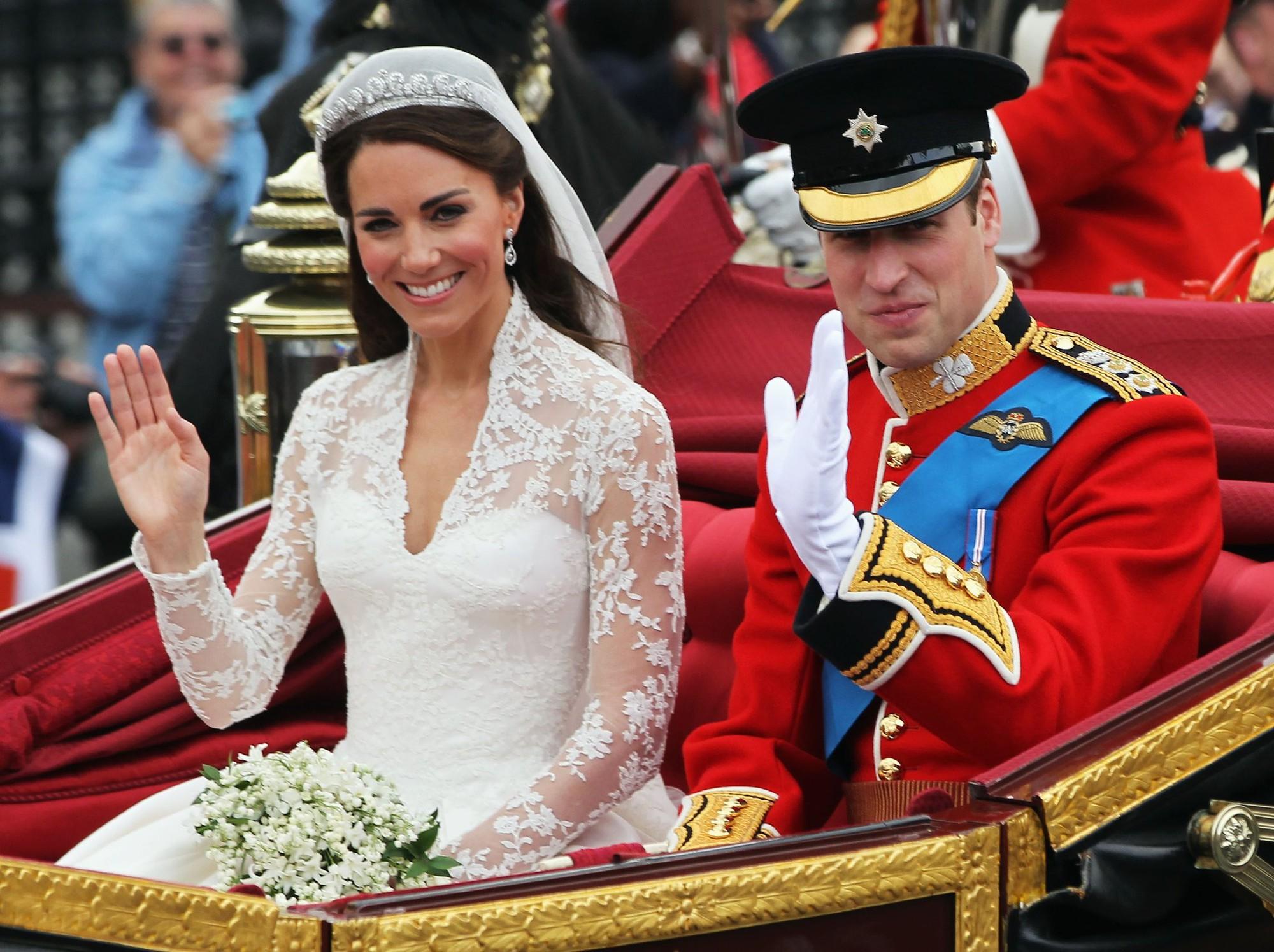 Chính bộ váy xuyên thấu táo bạo này đã phá vỡ friendzone giữa Kate Middleton và Hoàng tử William - Ảnh 4.