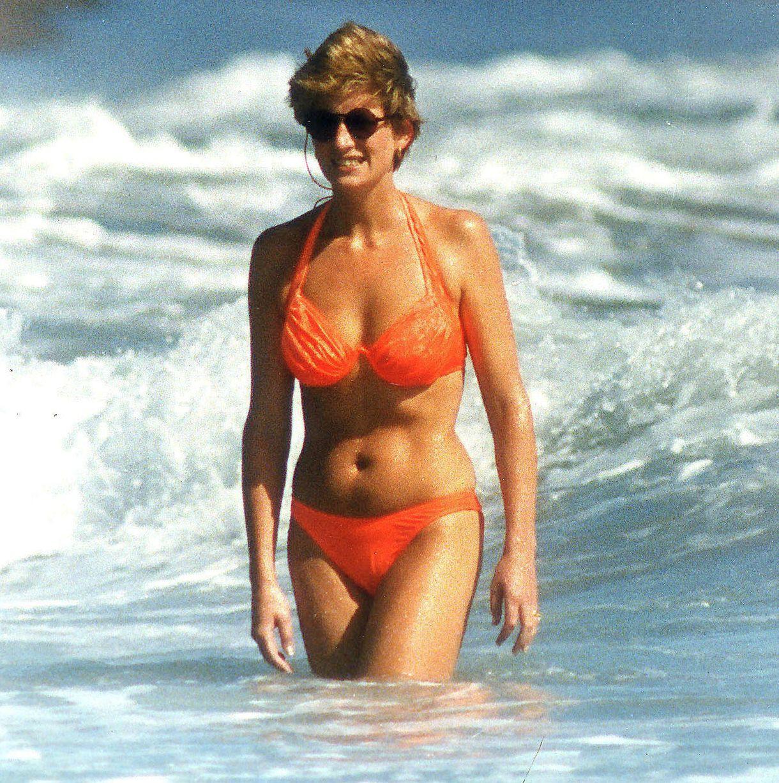 Bình thường kín đáo thanh lịch, không ngờ khi khoe dáng với đồ bơi Công nương Diana lại gợi cảm thế này - Ảnh 12.
