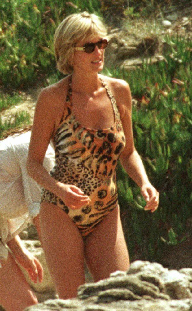 Bình thường kín đáo thanh lịch, không ngờ khi khoe dáng với đồ bơi Công nương Diana lại gợi cảm thế này - Ảnh 8.