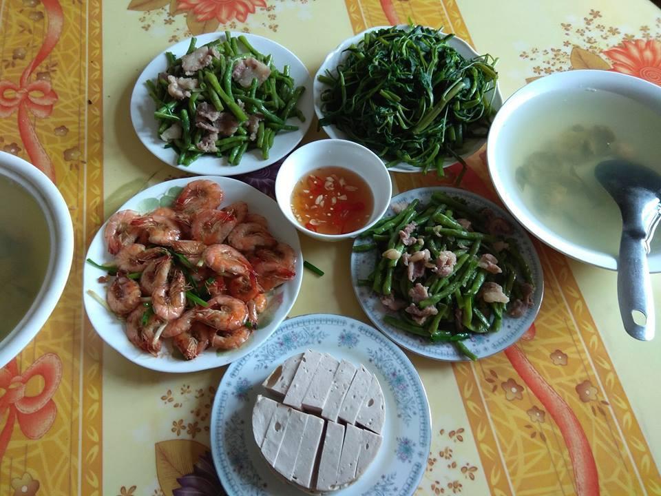 Mâm cơm gia đình tưởng bình thường ở Hà Nội bỗng gây sốt MXH vì 100 nghìn mà đầy ắp thịt, tôm - Ảnh 2.