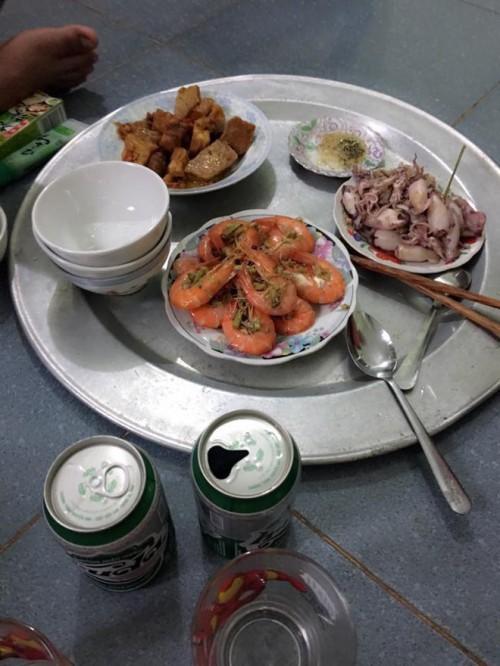 Mâm cơm gia đình tưởng bình thường ở Hà Nội bỗng gây sốt MXH vì 100 nghìn mà đầy ắp thịt, tôm - Ảnh 5.