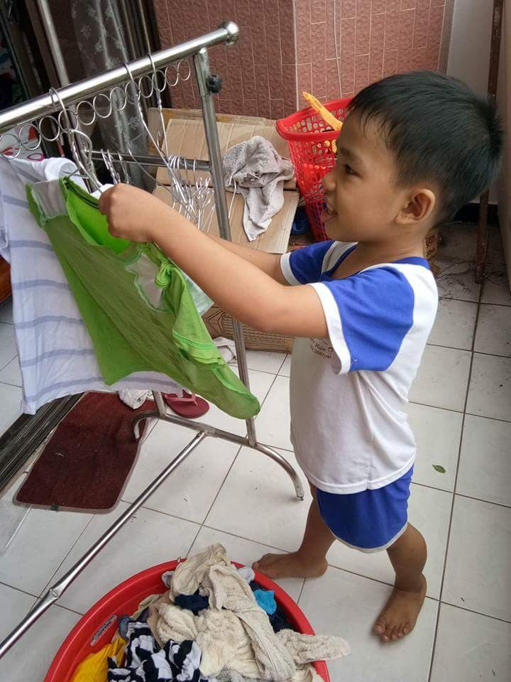 Không quát mắng hay ra lệnh, chỉ dùng chiêu thủ thỉ, mẹ 8X dạy con 6 tuổi làm việc nhà nhoay nhoáy - Ảnh 1.