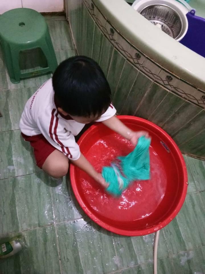 Không quát mắng hay ra lệnh, chỉ dùng chiêu thủ thỉ, mẹ 8X dạy con 6 tuổi làm việc nhà nhoay nhoáy - Ảnh 5.