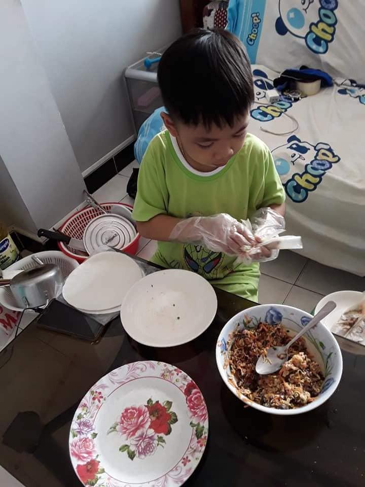 Không quát mắng hay ra lệnh, chỉ dùng chiêu thủ thỉ, mẹ 8X dạy con 6 tuổi làm việc nhà nhoay nhoáy - Ảnh 9.