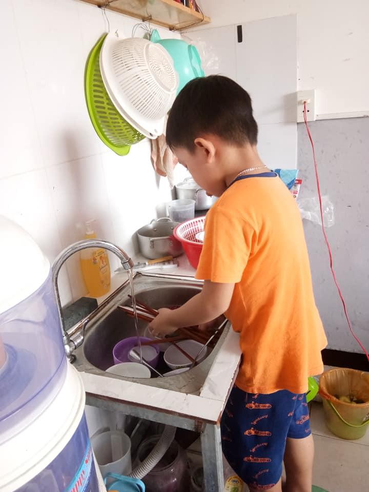 Không quát mắng hay ra lệnh, chỉ dùng chiêu thủ thỉ, mẹ 8X dạy con 6 tuổi làm việc nhà nhoay nhoáy - Ảnh 12.