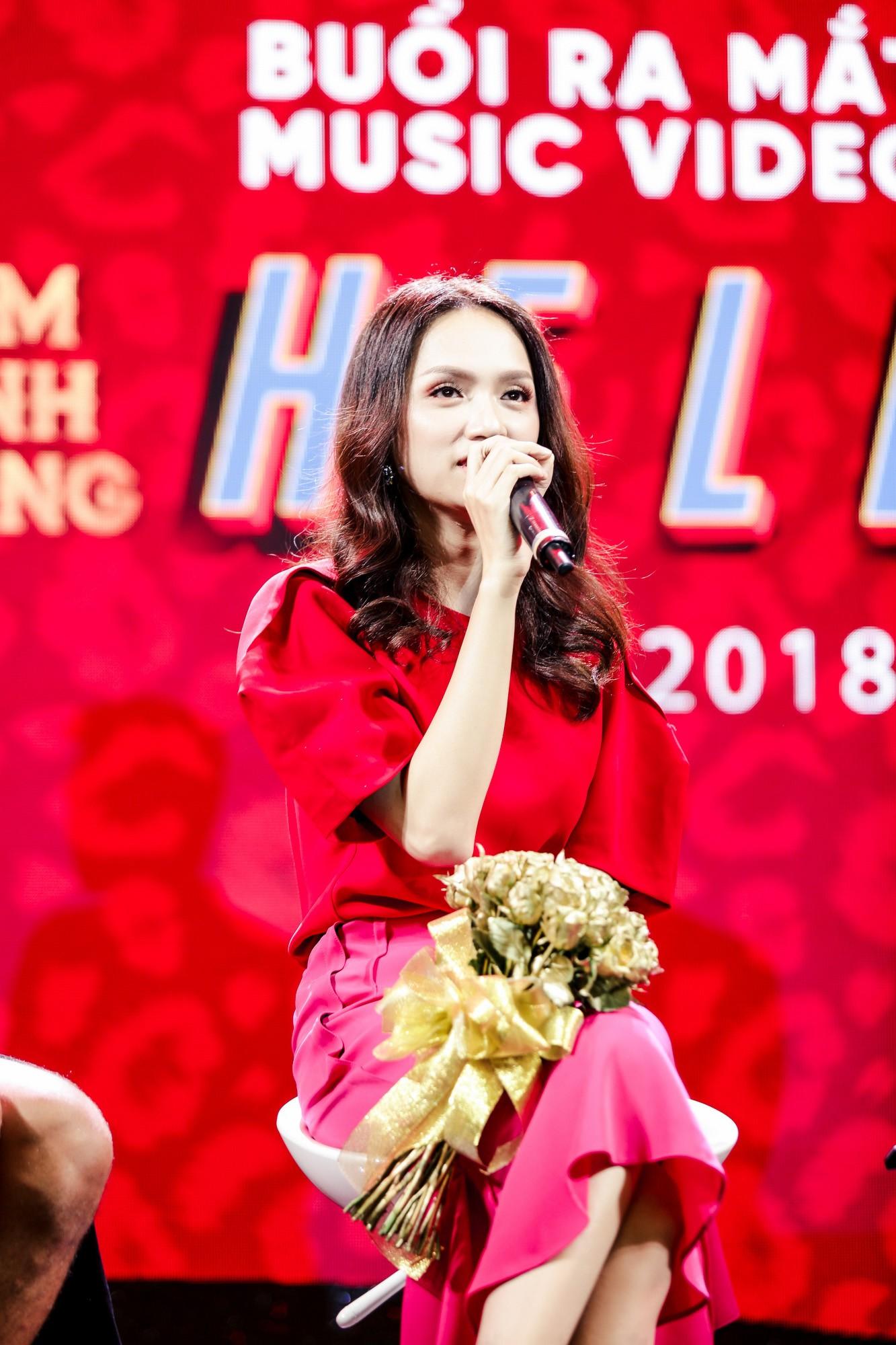 Đàm Vĩnh Hưng bất ngờ tiết lộ nụ hôn nồng cháy với Hoa hậu Hương Giang - Ảnh 4.