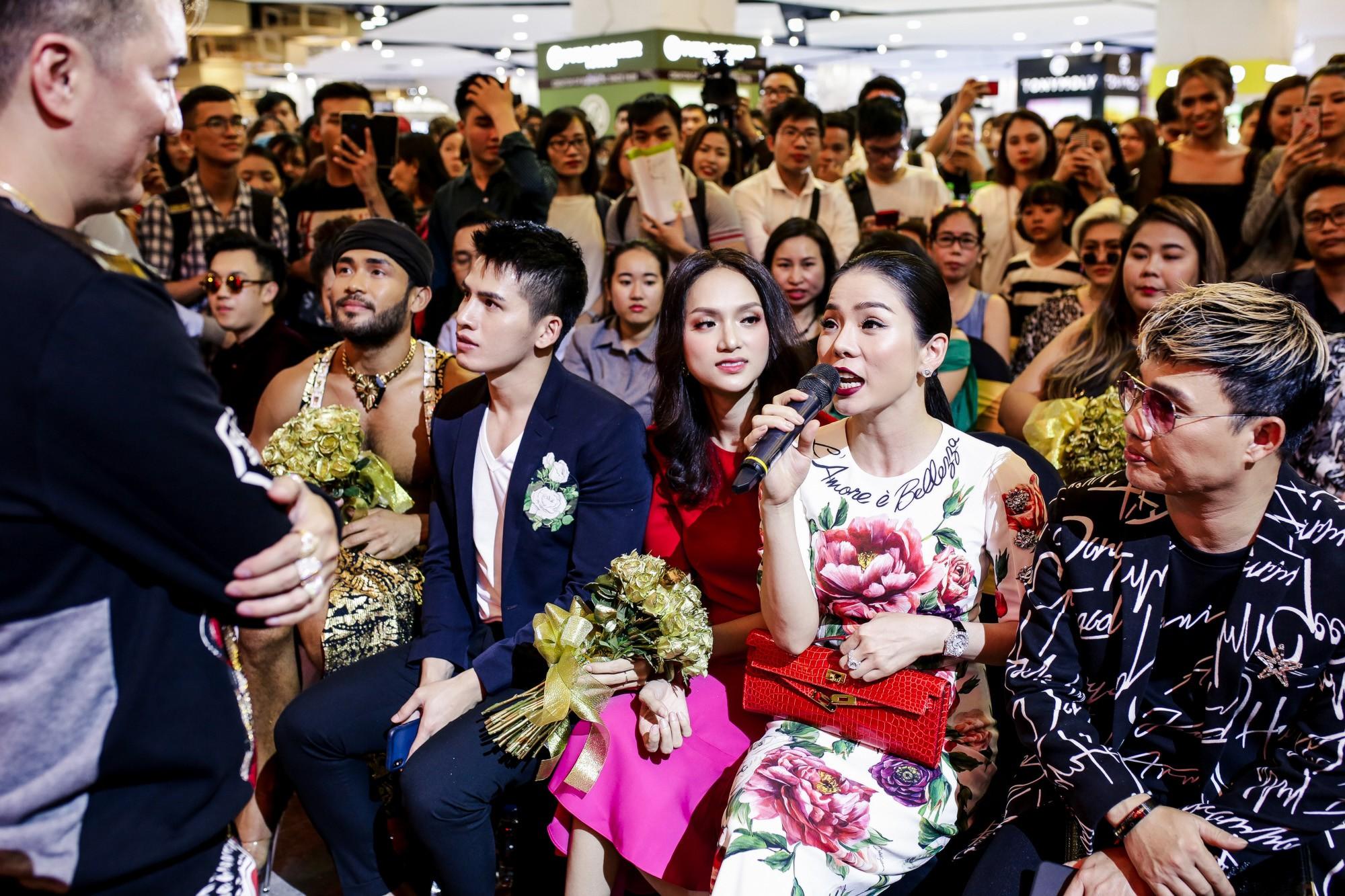 Đàm Vĩnh Hưng bất ngờ tiết lộ nụ hôn nồng cháy với Hoa hậu Hương Giang - Ảnh 9.